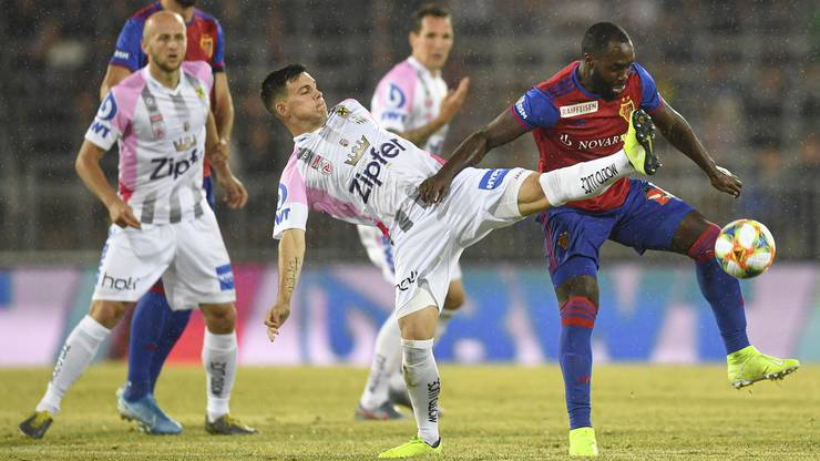 Eder Balanta versucht, den Ball zu verteidigen.