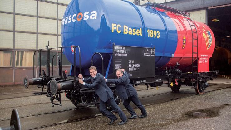 Adrian Knup, Vizepräsident des FC Basel 1893 und Numa Frossard, Head of Marketing & Merchandising bringen den FCB-Kesselwagen in Fahrt.