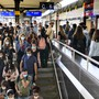 Fast alle tragen eine Maske: Pendler am Bahnhof in Lausanne.