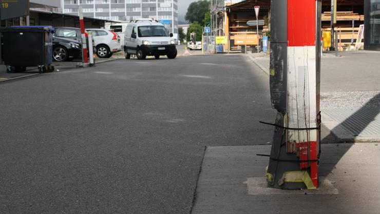 Die Kandelaber an der Wiesenstrasse in Schlieren waren von mehreren Fahrzeuglenkern angefahren worden. (Archiv)
