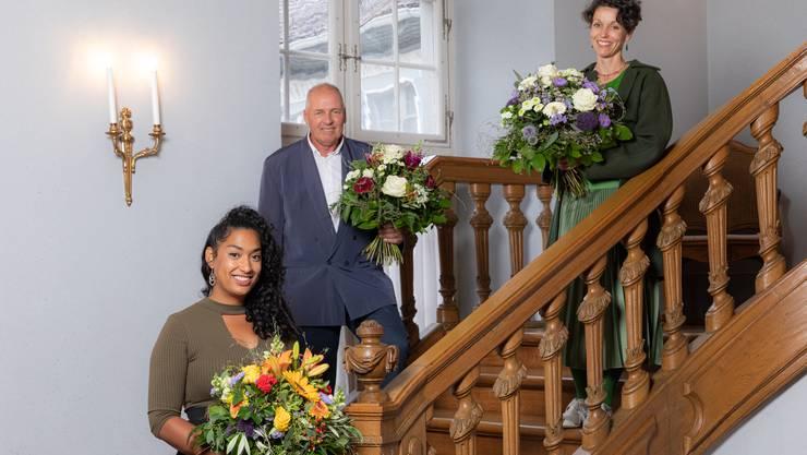 Die drei Kulturpreisträger: Hauptpreisträger Niggi Messerli (Mitte) mit Musikpreisträgerin La Nefera (links) und Spartenpreisträgerin Cornelia Huber (rechts).