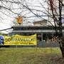 Mit Transparenten, hier beim «Martinshof», werben drei Restaurants für die Dorffasnacht.