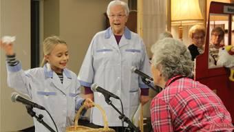 Die Bewohner des Bifangs spielen Figuren in TV-Sendern, während die Kinder den grössten Teil der Handlung spielen.