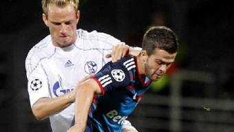 Schalkes Kroate Ivan Rakitic (l.) im Kampf um den Ball mit dem Bosnier Miralem Pjanic