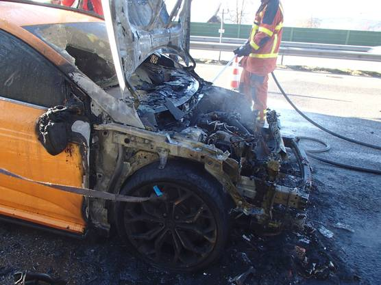 Der Sachschaden an Auto und Fahrbahnbelag beläuft sich auf schätzungsweise rund 50'000 Franken.