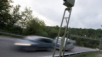 Auf der Autobahn A2 bei Arisdorf wurde ein Autofahrer mit 160 Stundenkilometer geblitzt. Er war mit dem Doppelten der erlaubten Geschwindigkeit unterwegs. (Symbolbild)