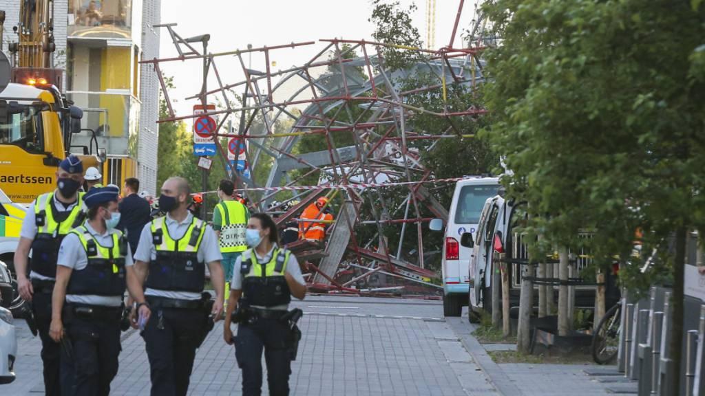 Rettungskräfte vor dem eingestürzten Gebäude. Foto: Nicolas Maeterlinck/BELGA/dpa
