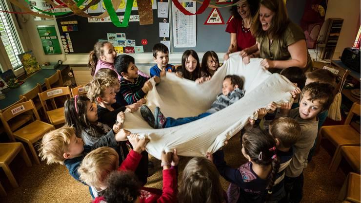 Sechsmal heben die Wohler Kindergärtler Geburtstagskind Michi hoch, Geburtstagsrituale wie dieses finden immer in Mundart statt.