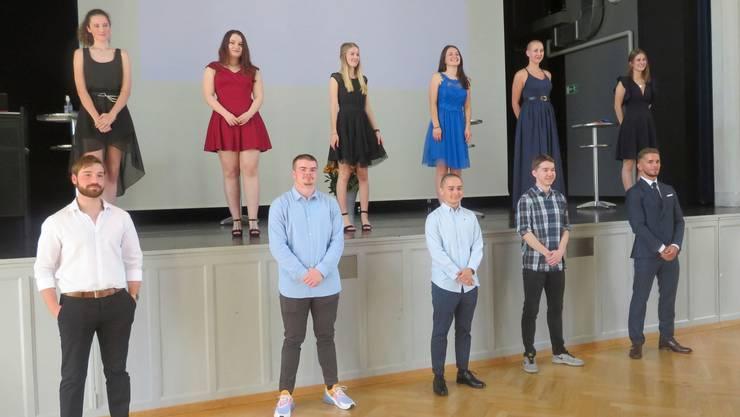Die Schülerinnen und Schüler der bbz-Klasse E17-3 erhielten im Casino Wohlen ihr Diplom.