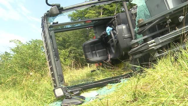 In Egerkingen kippte ein Radlader auf die Seite. Dabei verletzte sich der Lenker.