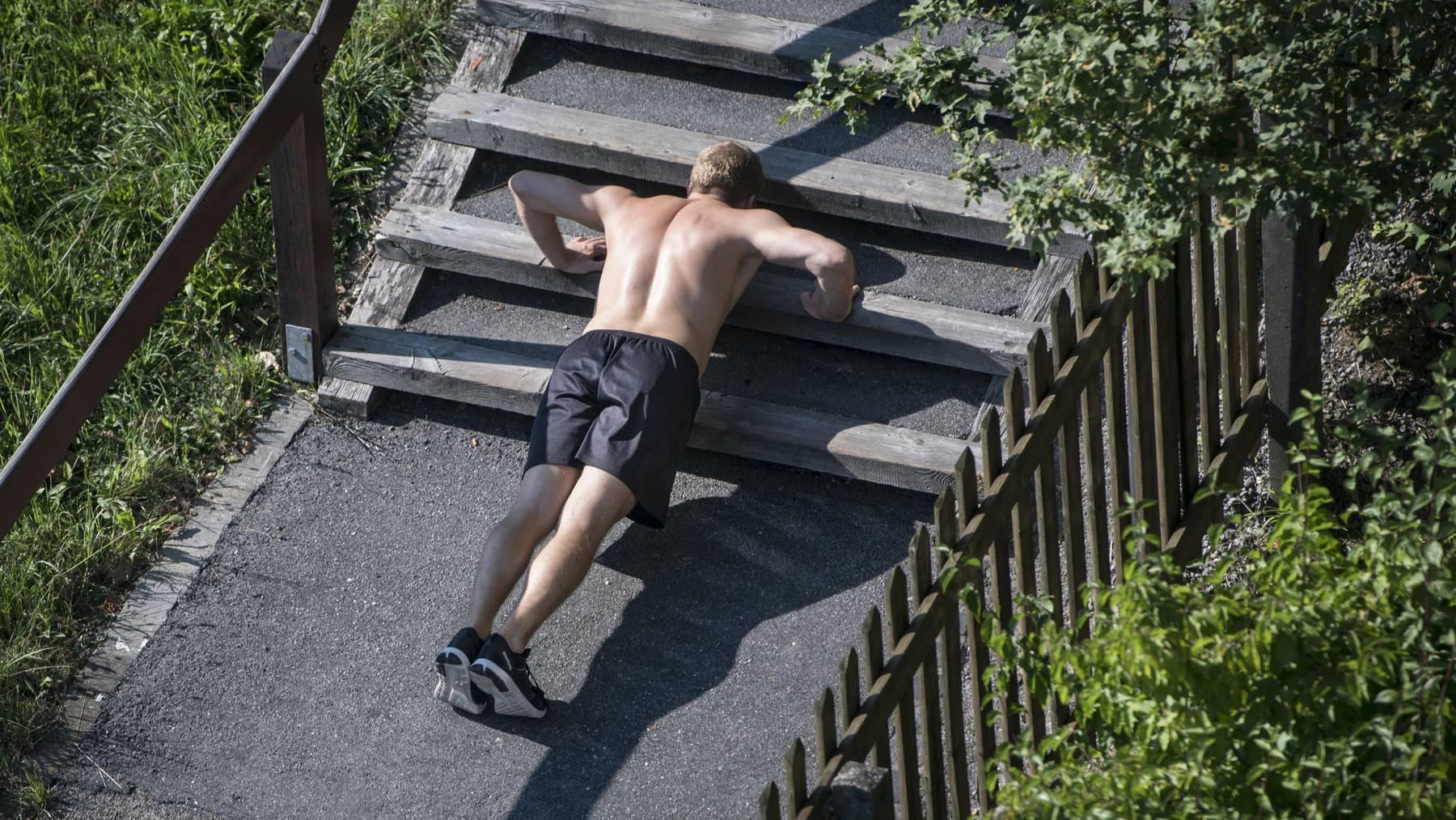 Stägestadt-Tag am Sonntag: Ein Mann trainiert auf einer Treppe, in St. Gallen.