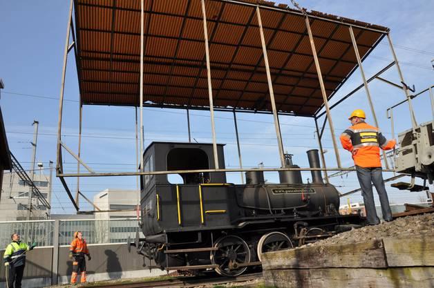 Der Unterstand der Lokomotive wird abgehoben