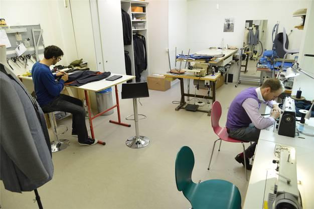 An einem Anzug arbeiten Häberli und sein Mitarbeiter rund 80 Stunden in der Werkstatt.