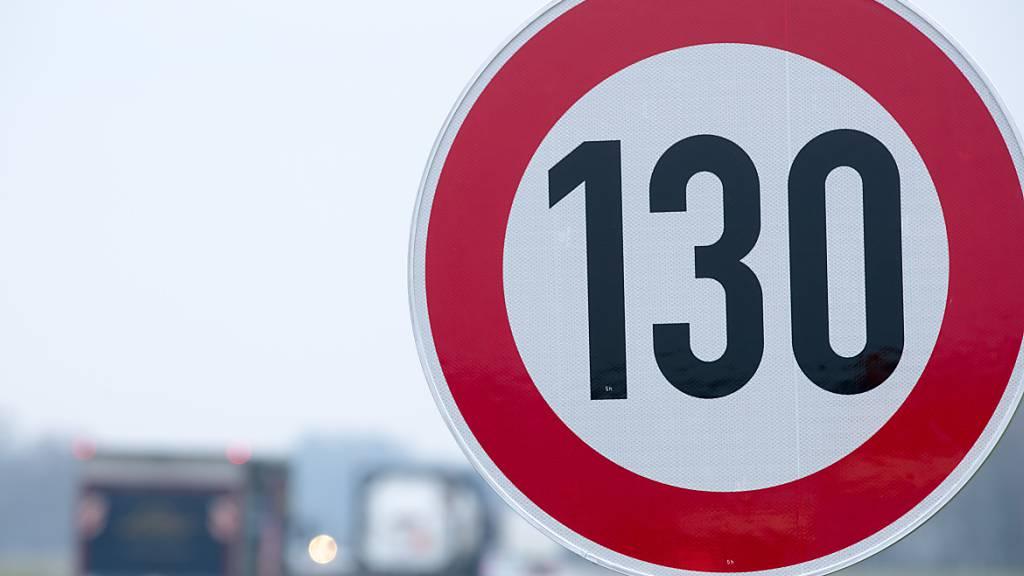 ARCHIV - «Niedrigere Geschwindigkeiten senken den CO2-Ausstoß massiv und könnten tausende Leben retten»: In Deutschland wird einmal mehr die Forderung nach einem Tempolimit auf Autobahnen laut. Foto: Jens Büttner/zb/dpa