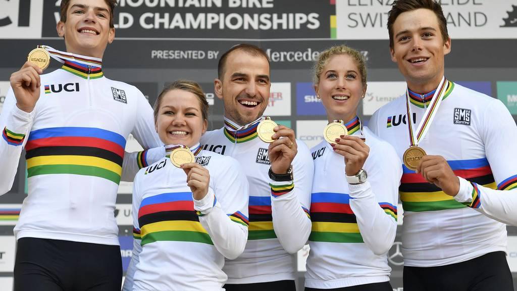 Alexandre Balmer, Sina Frei, Nino Schurter, Jolanda Neff und Filippo Colombo zeigen stolz ihre Goldmedaillen.