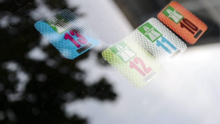 Der Bundesrat will den Autobahnvignetten-Preis von 40 auf 100 Franken erhöhen.