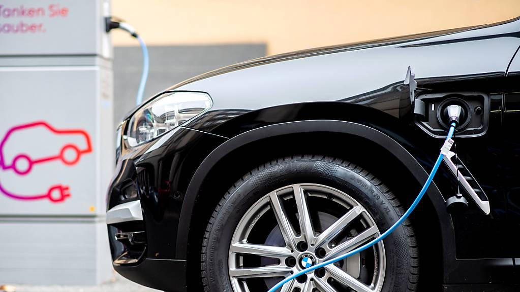 In der Schweiz sind im Juli unterm Strich weniger Autos zugelassen wie im Vorjahr worden. Betroffen waren davon allerdings nur Fahrzeuge mit Verbrennermotoren, während der Boom bei Elektroantrieben weiterging. (Symbolbild)