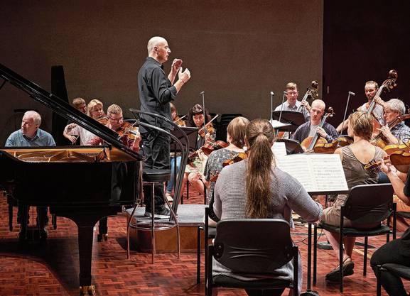 Esten unter sich: Pianist Kalle Randalu, das Kammerorchester Tallinn und Dirigent Paavo Järvi.