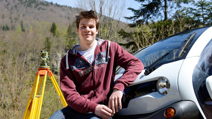 Elias Meier mit Theodolith und Elektroauto.