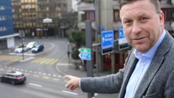 SVP-Grossrat Martin Keller zeigt auf die Gstühl-Kreuzung in Baden, wo ein Blitzer installiert werden soll.
