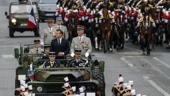 Präsident Emmanuel Macron zusammen mit Generalstabschef François Lecointre im Militärjeeps.