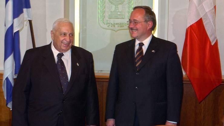 Sharon als Premierminister mit dem damaligen Verteidigungsminister Samuel Schmid in Jerusalem (Aufnahme von 2005).