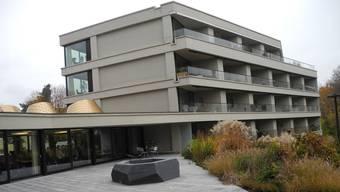 Blick über die ebenerdige Terrasse auf die sogenannte «Senioren-Residenz».