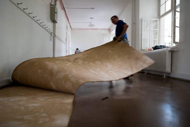 Ein Bodenbelag wird herausgerissen im Reinacherhof am Münsterplatz
