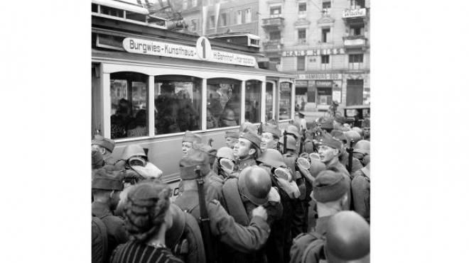 Allgemeine Mobilmachung: Soldaten drängen am 2. September 1939 in Zürich in ein Tram. Foto: Keystone
