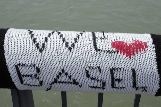 Die Strickkunst an der Wettsteinbrücke wurde wieder entfernt.