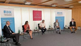 Gregor Rutz, Martina Bircher, Moderator Mathias Küng, Felix Schönle und Dieter Egli (von links) mit Abstand am Diskutieren.