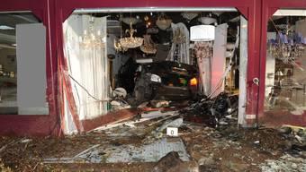 Auto kracht im Dreispitz Dietikon in ein Lampengeschäft.