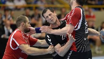 Berns Uros Mitrovic (Mitte) musste am Schluss mit der Bahre weggetragen werden