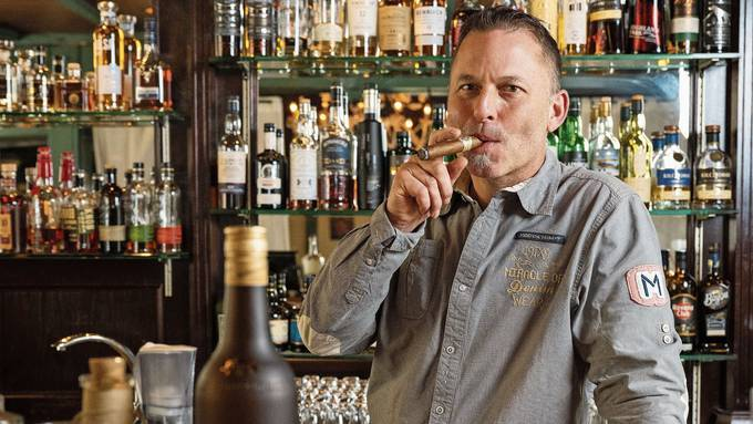 Hier darf man an der Bar noch rauchen: Stefan Bütikofer im Casa Colonial in Neuenhof.