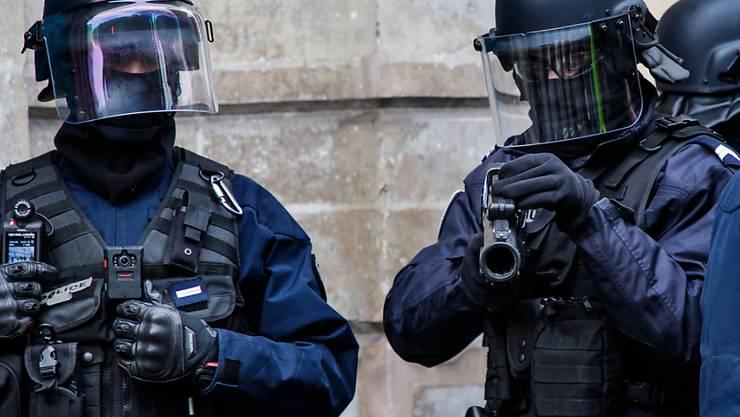 Französische Spezialeinheiten stürmten das Haus in der Hafenstadt Bastia in Korsika, in dem sich der mutmassliche Täter verschanzt hatte. (Symbolbild)
