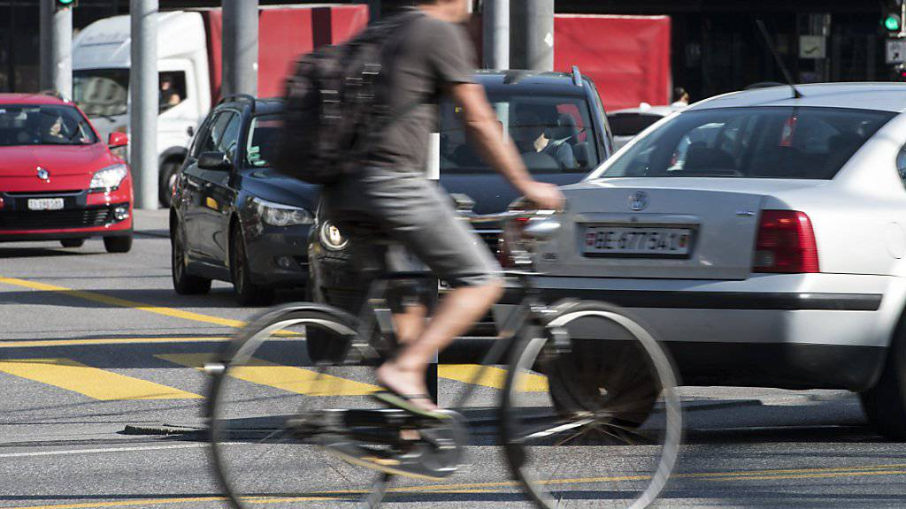 Durchgehend eigene Spuren für die Velos: der Verkehrsclub der Schweiz (VCS) tritt bei der Veloförderung kräftig in die Pedale und verlangt vom Bund in einen Masterplan die Entflechtung des Langsamverkehrs vom motorisierten Verkehr. (Archivbild)