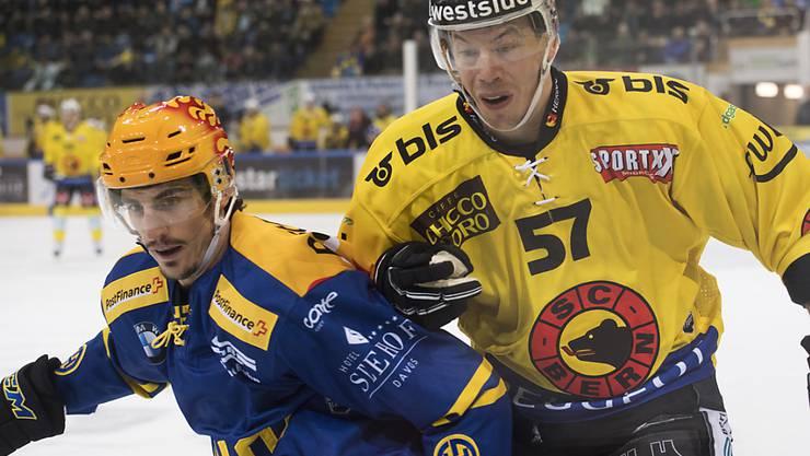 Berns Jérémie Kamerzin (rechts) lässt gegen den Davoser Marc Wieser die Muskeln spielen
