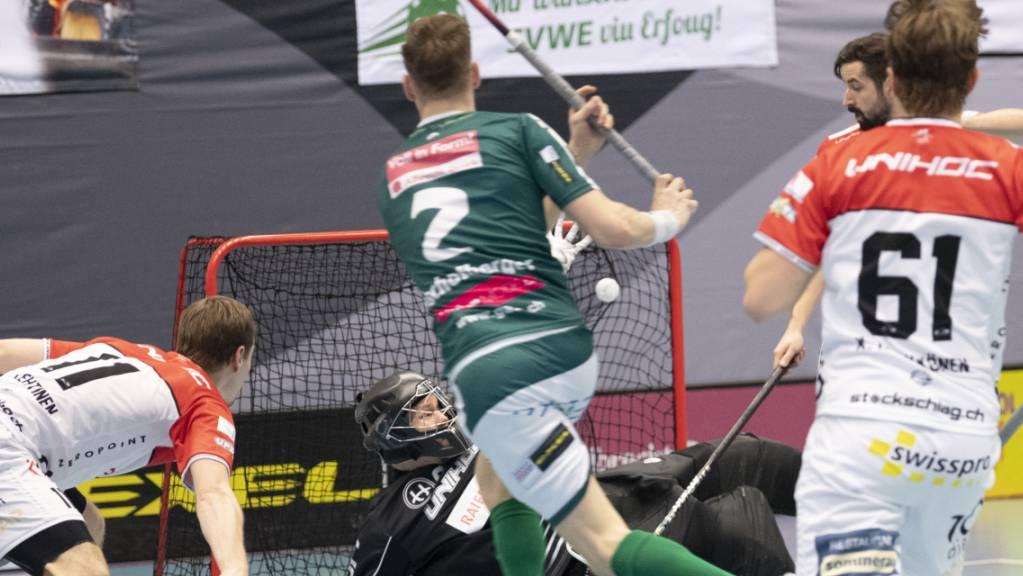 Die Unihockey-Elite greift wieder ein: Wiler-Ersigens Nationalverteidiger Nicola Bischofberger prüft Churs Goalie Christoph Reich. (Archivbild)