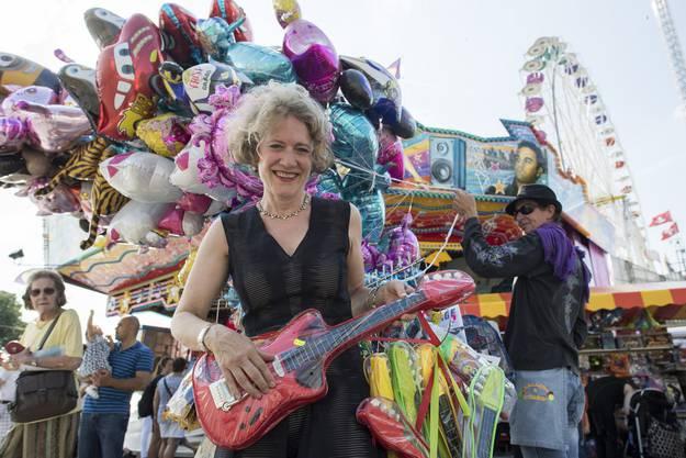 Jetzt kann die Party beginnen: Corine Mauch posiert mit einer Plastikgitarre
