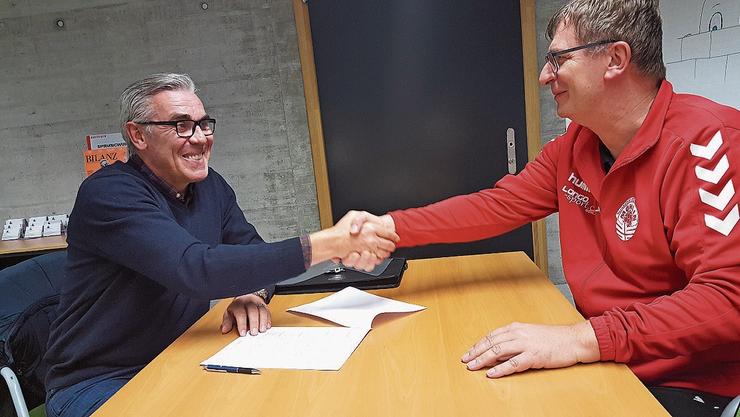 Samir Sarac (l.) und TVM-Präsident Simon Mahrer unterzeichnen den Zweijahresvertrag.