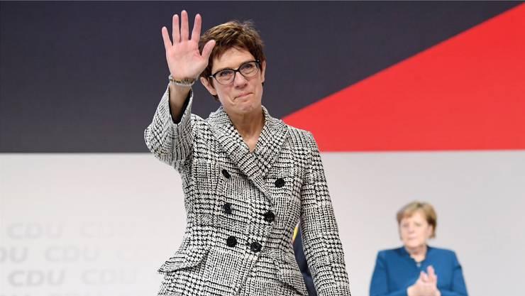 Die Siegerin winkt in die Menge: Annegret Kramp-Karrenbauer folgt auf Angela Merkel an der Spitze der CDU. Am Parteitag in Hamburg setzte sie sich in der Stichwahl durch.