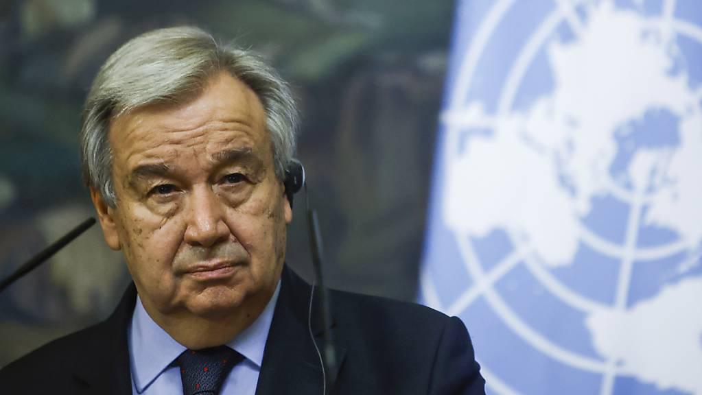 UN-Generalsekretär Antonio Guterres nimmt an einer Pressekonferenz teil. Über den Anschlag in Burkina Faso mit mehr als 100 Toten hat er sich erschüttert gezeigt.