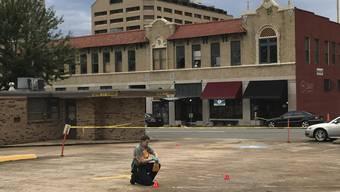 Eine Ermittlerin sammelt Beweismittel nach einer Schiesserei in einem Nachtclub im US-Bundesstaat Arkansas.