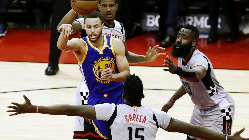 Konnte die Starspieler der Golden State Warriors nicht stoppen: Houstons Schweizer Center Clint Capela (Nummer 15)