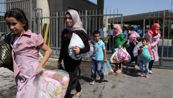 Syrische Flüchtlinge an einem Grenzübergang zur Türkei (Archiv)