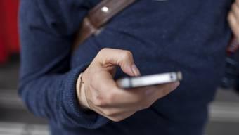 SMS schreiben beim Gehen birgt Gefahren