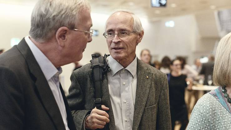 Martin Vosseler (Bildmitte) noch am Wahlsonntag im Gespräch mit SP-Regierungsrat Christoph Brutschin.