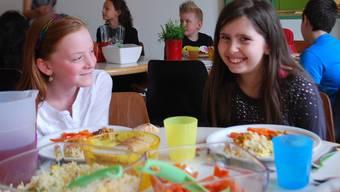 Nina und Alessiaschmeckt das Essen am Kölliker Mittagstisch prima.