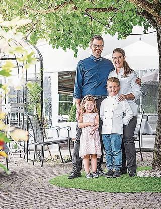 Ennetbaden, 23. Juni: Das «Hertenstein Panorama Restaurant» wurde vom Restaurantführer Lunchgate als zweitbestes Lokal der Schweiz ausgezeichnet. Das freut die Wirtefamilie Ettisberger.
