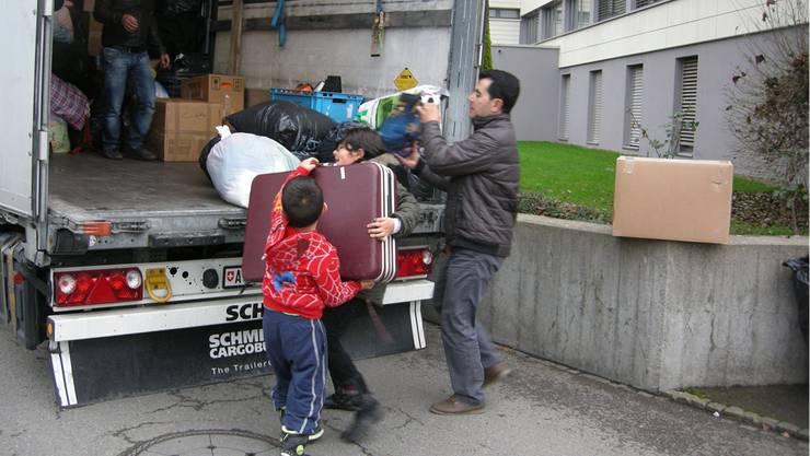 Auch Kinder halfen mit, als es darum ging, die Hilfsgüter zu verladen. zvg